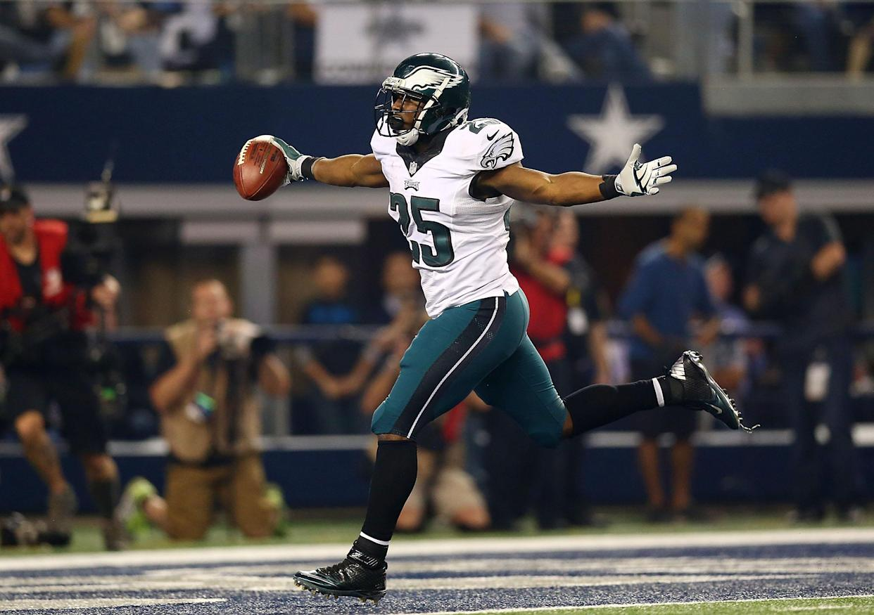 ARLINGTON, TX - NOVEMBER 27:  LeSean McCoy #25 of the Philadelphia Eagles runs for a touchdown against the Dallas Cowboys in the second half at AT&T Stadium on November 27, 2014 in Arlington, Texas.  (Photo by Ronald Martinez/Getty Images)