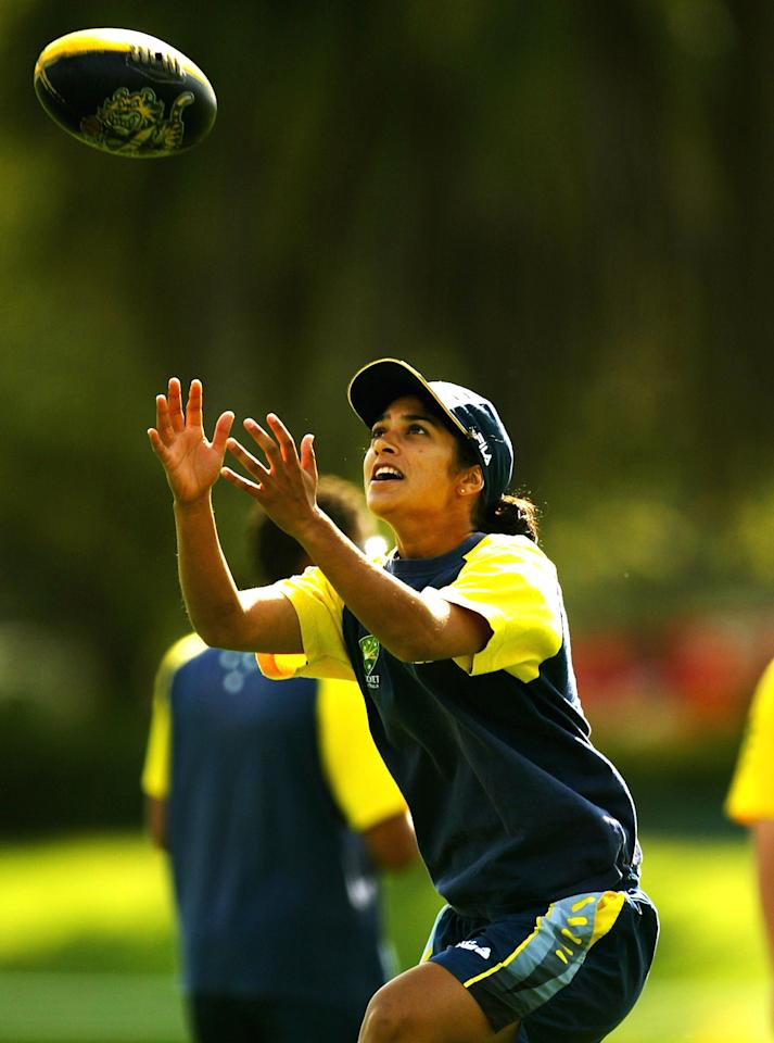 MELBOURNE, AUSTRALIA - FEBRUARY 24:  Lisa Sthalekar of Australia in action during the Australian womens cricket team training session at Albert Oval February 24, 2004 in Melbourne, Australia. (Photo by Sean Garnsworthy/Getty Images)