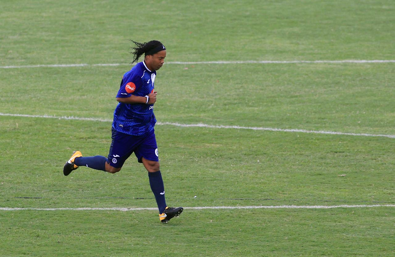 Football Soccer - Motagua v Real Espana - Friendly - Tiburcio Carias Andino National Stadium, Tegucigalpa, Honduras - July 30, 2017- Ronaldinho of Motagua in action. REUTERS/Jorge Cabrera