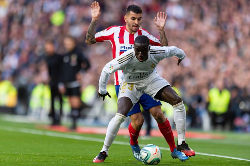 MADRID, SPAIN - FEBRUARY 01: (BILD ZEITUNG OUT) Angel Correa of Atletico de Madrid and Ferland Mendy of Real Madrid battle for the ball during the Liga match between Real Madrid CF and Club Atletico de Madrid at Estadio Santiago Bernabeu on February 01, 2020 in Madrid, Spain. (Photo by TF-Images/Getty Images)