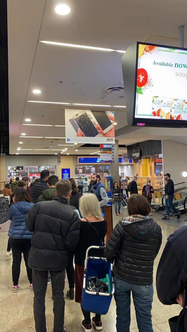 Image of shoppers lining up at Abbotsford Aldi to buy Le Creuset cookware