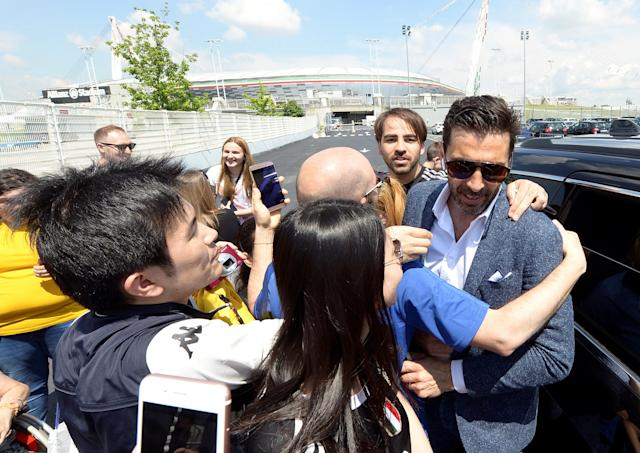 A group of fans embrace Juventus goalkeeper Gianluigi Buffon in front of Allianz stadium after a news conference in Turin, Italy, May 17, 2018. REUTERS/Massimo Pinca