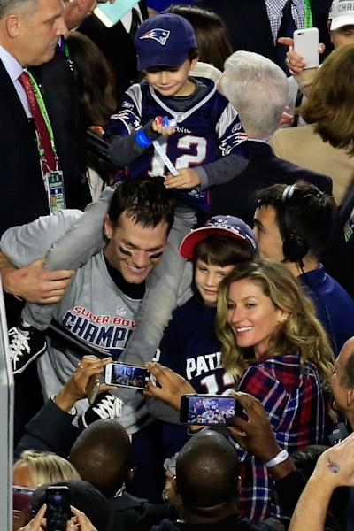 Tom Brady of the New England Patriots celebrates defeating the Seattle Seahawks with his wife Gisele Bundchen and son Benjamin during Super Bowl XLIX at University of Phoenix Stadium on February 1, 2015 (AFP Photo/Jamie Squire)