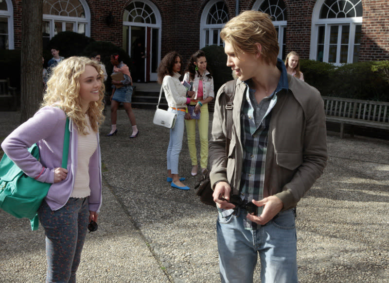 """Pilot"" -- Pictured (L-R): AnnaSophia Robb as Carrie and Austin Butler as Sebastian"