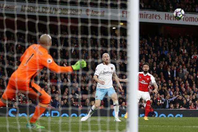 Arsenal's striker Olivier Giroud (R) watches his shot beat West Ham United's goalkeeper Darren Randolph (L) to make the score 3-0 during the English Premier League football match at the Emirates Stadium in London on April 5, 2017 (AFP Photo/Ian KINGTON)