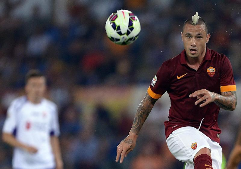 AS Roma Belgian midfielder Radja Nainggolan controls the ball against Fiorentina during their Serie A football match in Rome's Olympic Stadium on August 30, 2014 (AFP Photo/Filippo Monteforte)