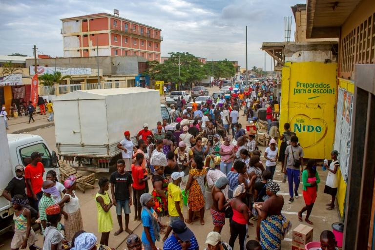 Crowds continue to mass at markets, in front of shops or by water points in Luanda despite the lockdown against the coronavirus
