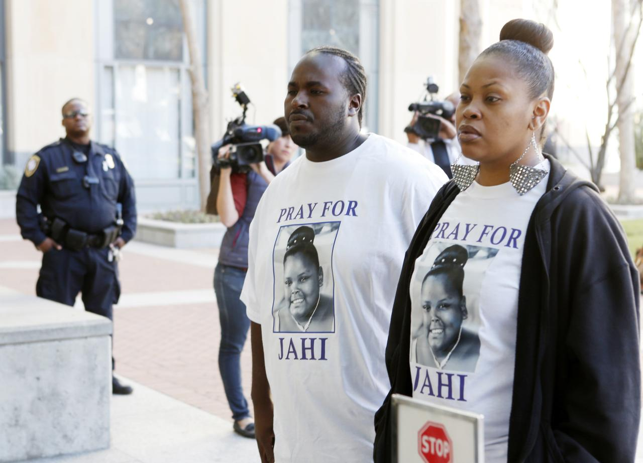 Nailah Winkfield (R), mother of Jahi McMath, and Martin Winkfield arrive at the U.S. District Courthouse for a settlement conference in Oakland, California, January 3, 2014. Relatives of a California girl declared brain dead after complications from a tonsillectomy want her moved to a long-term care facility, but face resistance from the hospital where she is due to be disconnected from a breathing machine on Monday. Under the latest court order in the case, doctors at Children's Hospital and Research Center in Oakland are barred from taking 13-year-old Jahi McMath off a ventilator without her family's consent before 5 p.m. local time on Jan. 7, relatives and hospital officials said. REUTERS/Beck Diefenbach (UNITED STATES - Tags: SOCIETY HEALTH)