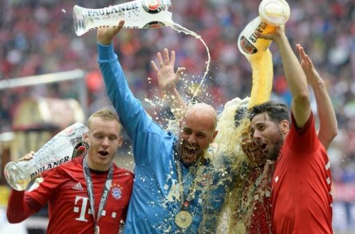 Claudio Pizarro (R) celebrates winning the Bundesliga title under Pep Guardiola with Bayern Munich in 2015