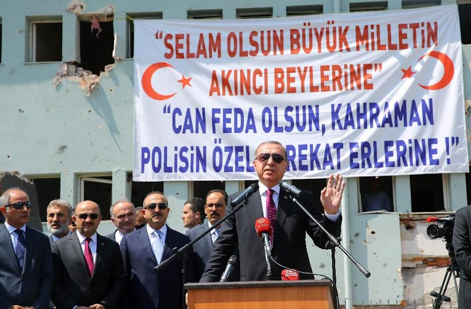 This handout picture released by the Turkish Presidential Press Service on July 29, 2016 shows Turkish President Recep Tayyip Erdogan (R) speaking at the Police Special Operation Department's Headquarters in Golbasi district of Ankara (AFP Photo/Kayhan Ozer)