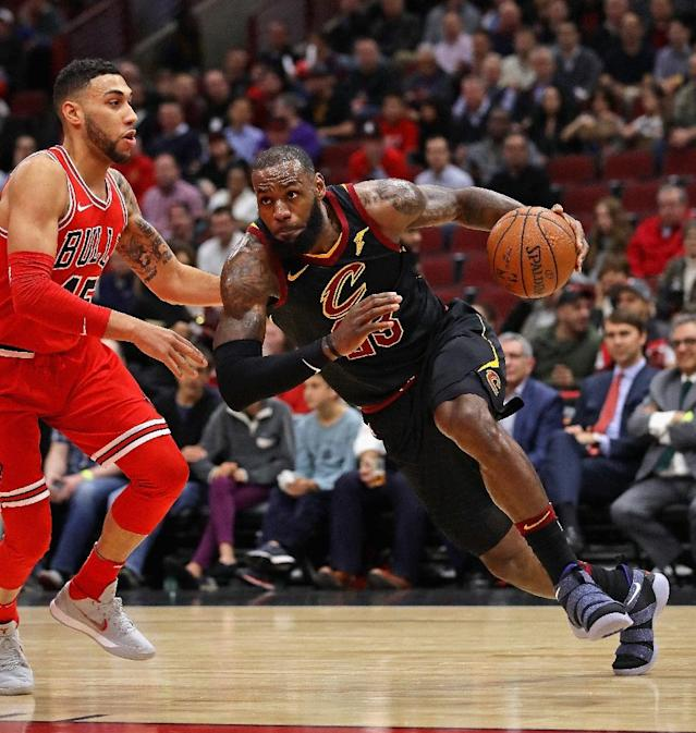 LeBron James of the Cleveland Cavaliers drives against Denzel Valentine of the Chicago Bulls at the United Center (AFP Photo/JONATHAN DANIEL)