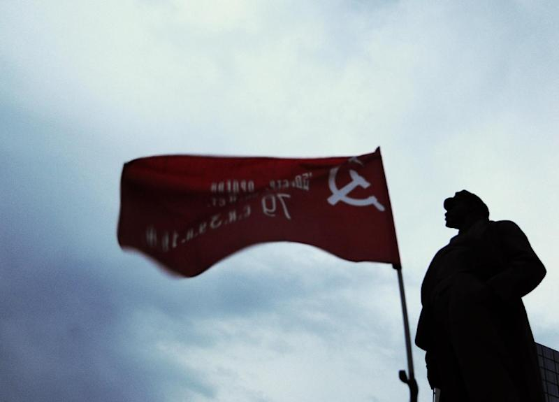 A communist flag flutters next to the Lenin statue at the Lenin Square in Donetsk, eastern Ukraine (AFP Photo/Dominique Faget)