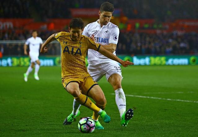 Tottenham Hotspur's striker Son Heung-Min (L) vies with Swansea City's defender Federico Fernandez during the English Premier League football match between Swansea City and Tottenham Hotspur at The Liberty Stadium on April 5, 2017 (AFP Photo/Geoff CADDICK)