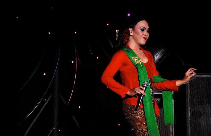 Touch of local culture: The cabaret show combines modern entertainment with local culture by using the traditional clothes and singing local songs to traditional music. (