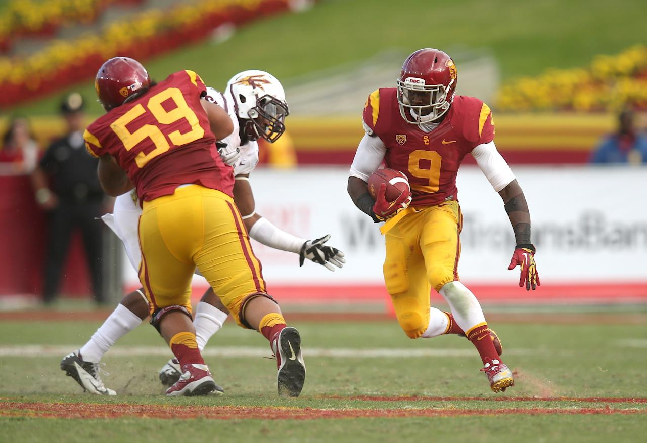 LOS ANGELES, CA - NOVEMBER 10:  Marqise Lee #9 of the USC Trojans carries 38 yards behind the block of guard John Martinez #59 on a fourth quarter running play against the Arizona State Sun Devils at the Los Angeles Memorial Coliseum on November 10, 2012  in Los Angeles, California. USC won 38-17.  (Photo by Stephen Dunn/Getty Images)
