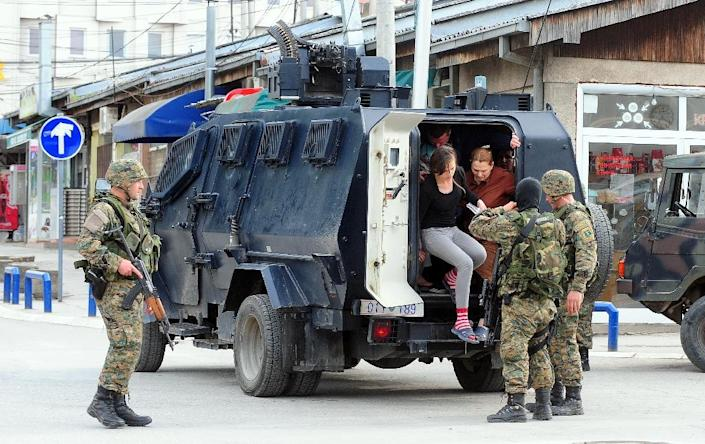 The police with Armored Personnel Carriers evacuate some of the local population out of the conflict zone in Kumanovo, northern Macedonia, on May 9, 2015 (AFP Photo/Robert Atanasovski)