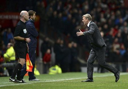 Manchester United manager David Moyes (R) runs onto the pitch as he appeals for a penalty for his player Ashley Young during their English Premier League soccer match against Tottenham Hotspur at Old Trafford in Manchester, northern England January 1, 2014. REUTERS/Nigel Roddis