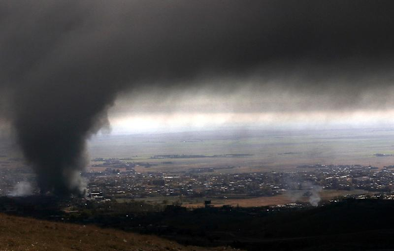 Smoke over Sinjar on November 12, 2015 during an operation, to retake the town from the Islamic State group (AFP Photo/Safin Hamed)