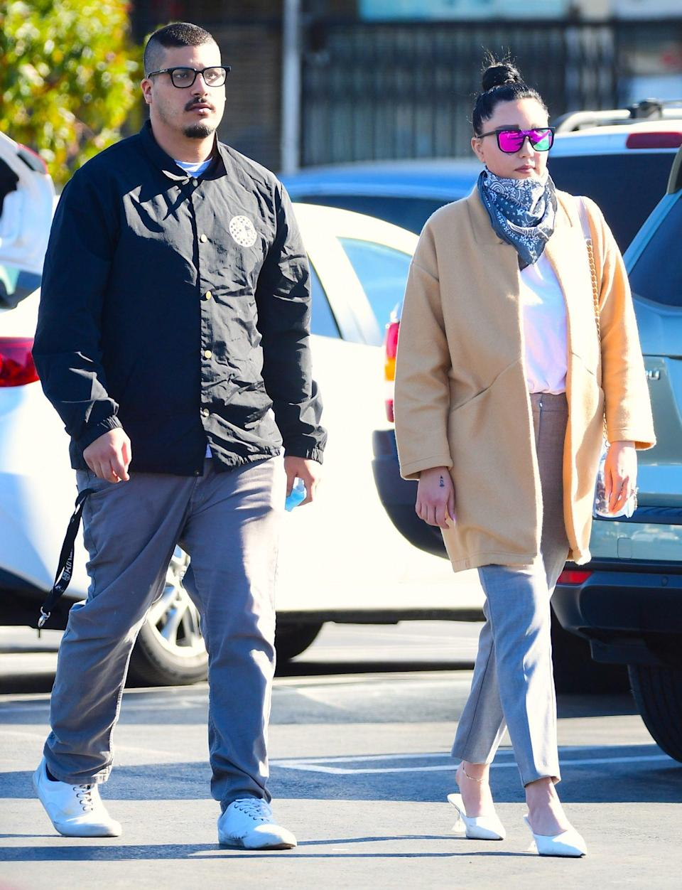 <p>Amanda Bynes looks super chic as she steps out for groceries with her fiancé Paul Michael in L.A. on Thursday. </p>