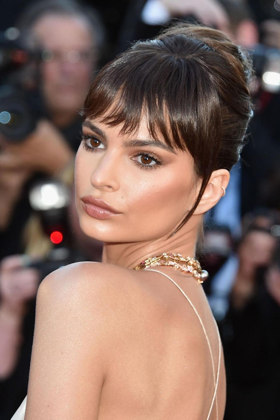 <p>Looking like a modern day Audrey Hepburn, Ratajkowski's make-up featured shades of earthy neutrals, complementing her chocolate coloured hair.</p>