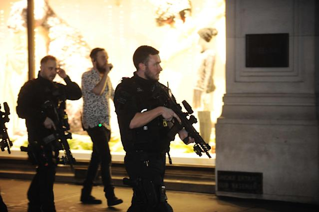<p>Police and armed police at Oxford Circus conduct an evacuation after a reported incident on Nov. 24, 2017. (Photo: Marcin Wziontek/REX/Shutterstock) </p>