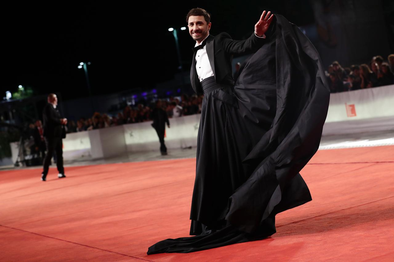 "Anlässlich der Premiere von ""Tutto il mio folle amore"" schritt auch der italienische Sänger Osvaldo Supino über den Roten Teppich – in einer eleganten Robe, die halb Smoking, halb bodenlanger Rock ist. (Photo by Vittorio Zunino Celotto/Getty Images)"