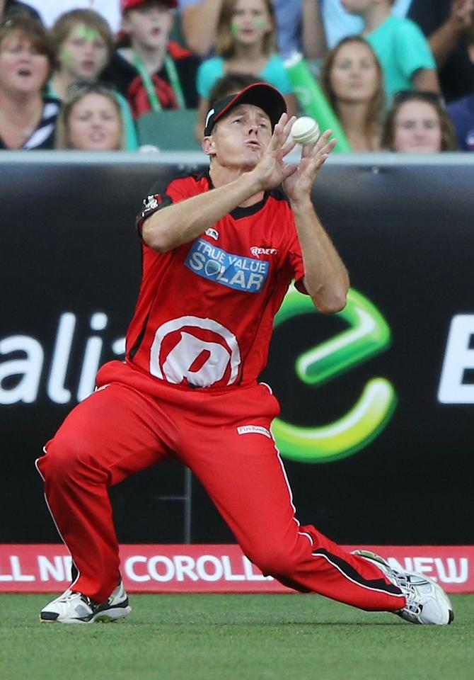 MELBOURNE, AUSTRALIA - JANUARY 06:  Darren Pattinson of the Melbourne Renegades takes a catch to dismiss Luke Wright of the Melbourne Stars during the Big Bash League match between the Melbourne Stars and the Melbourne Renegades at Melbourne Cricket Ground on January 6, 2013 in Melbourne, Australia.  (Photo by Michael Dodge/Getty Images)