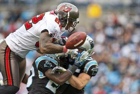 File photo: Tampa Bay Buccaneers tight end Kellen Winslow (L) loses control of the ball against Carolina Panthers middle linebacker Dan Connor (R) and cornerback Chris Gamble (C) during an NFL football game in Charlotte, North Carolina December 24, 2011. REUTERS/Chris Keane