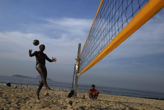 A man plays footvolley, a sport that combines both soccer and volleyball, on Ipanema beach in Rio de Janeiro April 9, 2014. REUTERS/Pilar Olivares (BRAZIL - Tags: SOCIETY SPORT SOCCER VOLLEYBALL)