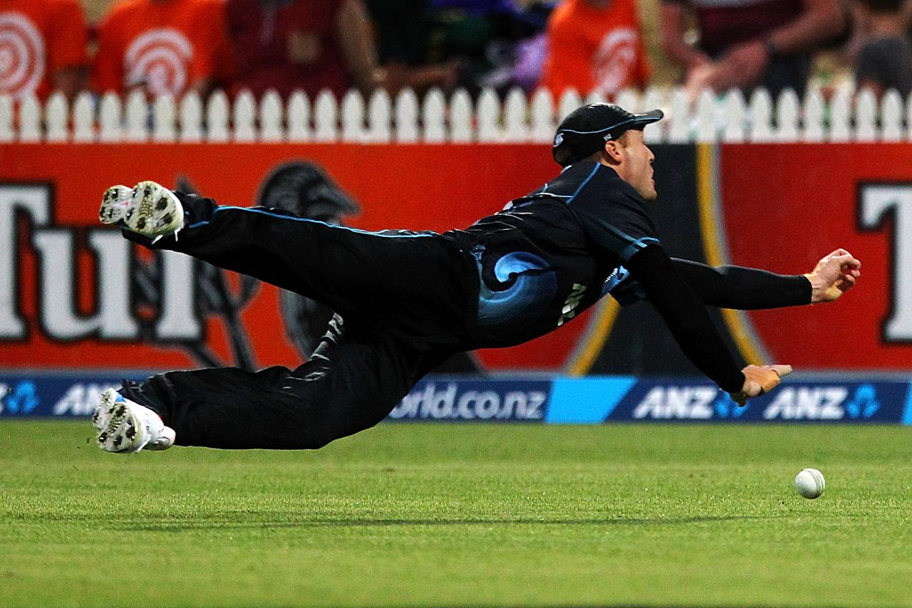 HAMILTON, NEW ZEALAND - JANUARY 22: Martin Guptill of New Zealand misses a catch during the One Day International match between New Zealand and India at Seddon Park on January 22, 2014 in Hamilton, New Zealand.  (Photo by Anthony Au-Yeung/Getty Images)