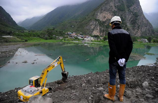 <p>A rescue worker overlooks the site of a landslide that occurred in Xinmo Village, Mao County, Sichuan province, China, June 24, 2017. (Photo: Stringer/Reuters) </p>