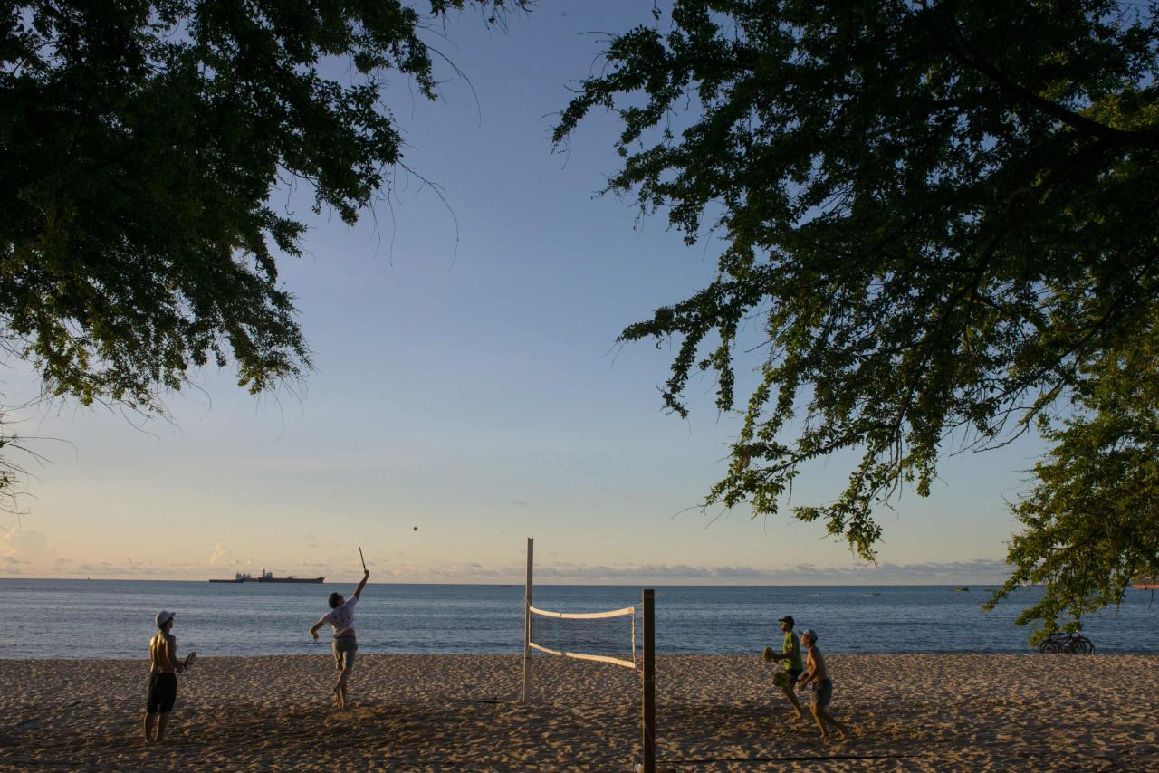 People play volley at Mucuripe beach in Fortaleza, northeastern Brazil, April 6, 2014. Fortaleza is one of the host cities for the 2014 World Cup in Brazil. Picture taken April 6, 2014. REUTERS/Davi Pinheiro (BRAZIL - Tags: SPORT SOCCER WORLD CUP TRAVEL)