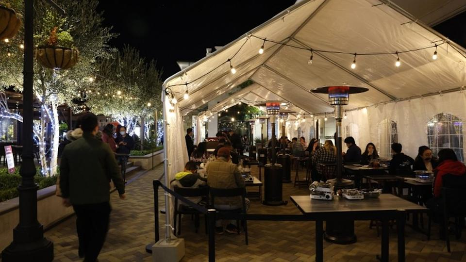People dine outdoors at a restaurant in Concord, Contra Costa County, California, USA, 20 November 2020.