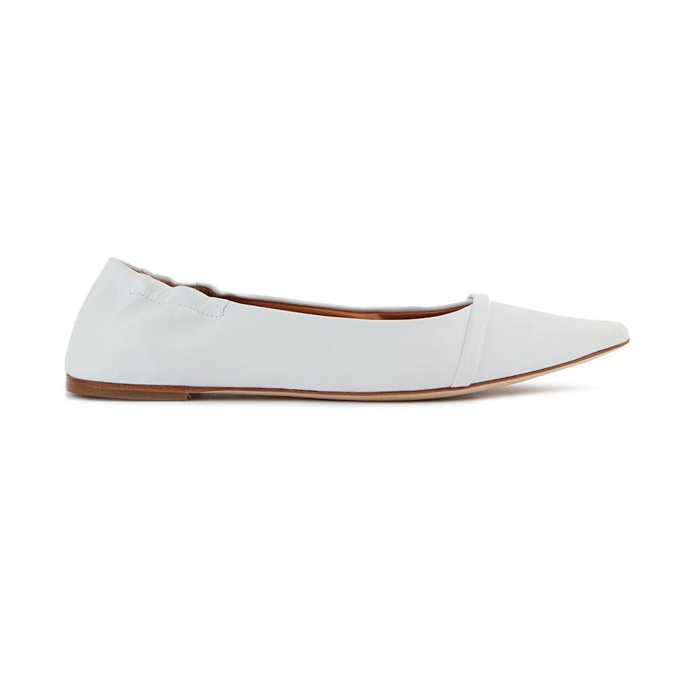"""<p>Ballerine affusolate di pelle vegana, <strong>Malone Souliers</strong> (425).</p><p><a class=""""link rapid-noclick-resp"""" href=""""https://www.malonesouliers.com/collections/flats?sort_by=created-descending"""" rel=""""nofollow noopener"""" target=""""_blank"""" data-ylk=""""slk:ACQUISTA ORA"""">ACQUISTA ORA</a></p>"""