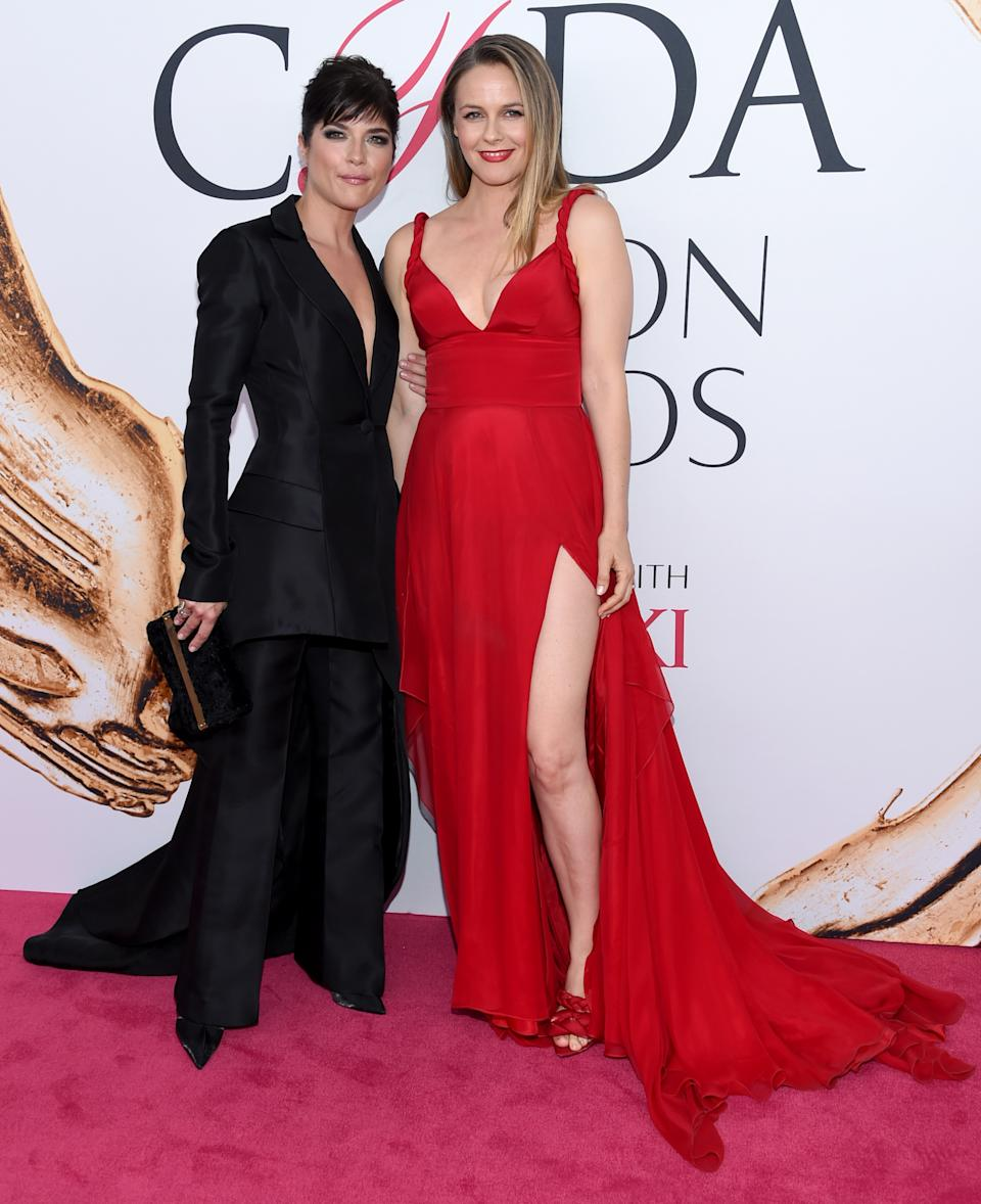 Selma Blair, left, and Alicia Silverstone arrive at the CFDA Fashion Awards at the Hammerstein Ballroom on Monday, June 6, 2016, in New York. (Photo by Evan Agostini/Invision/AP)