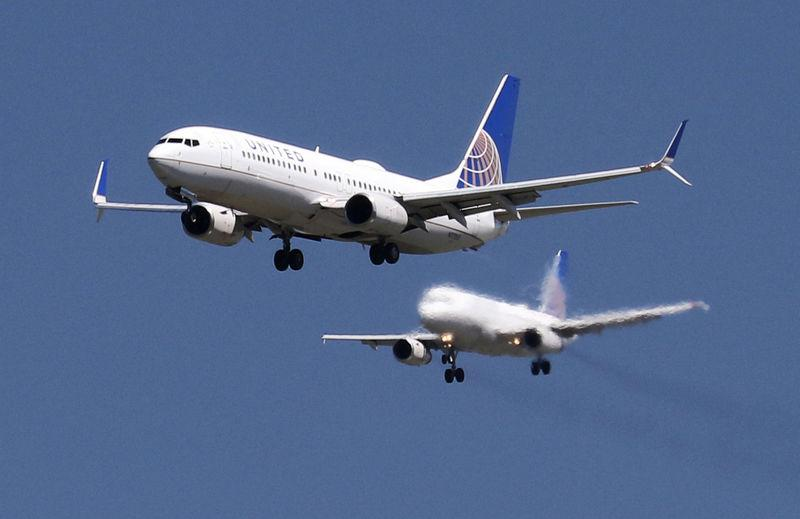 FILE PHOTO: A United Airlines Boeing 737-800 and United Airlines A320 Airbus on seen approach to San Francisco International Airport, San Francisco