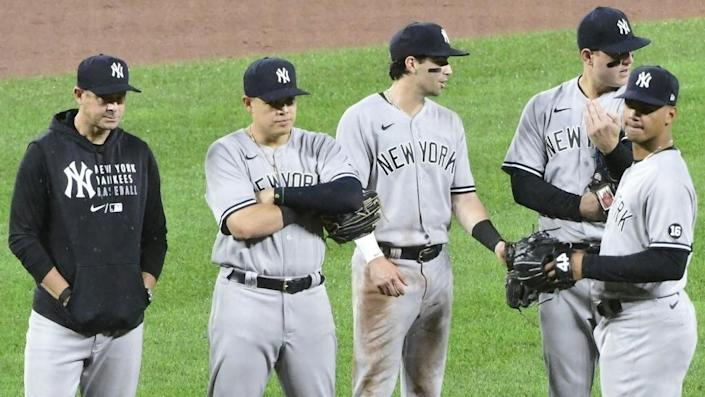 Yankees Aaron Boone and players on mound grey uniform