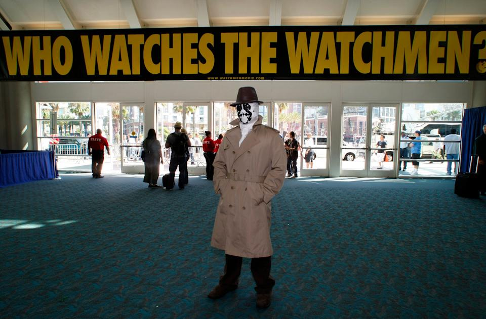 Eric Tetangco, of Los Angeles,  arrives dressed as Rorschach from comic Watchmen during the 39th annual Comic Con Convention in San Diego July 24, 2008. More than 125,000 people are expected  to attend the four-day event and indulge in a veritable feast of the latest in comic-related books, movie toys, games and memorabilia.    REUTERS/Mike Blake      (UNITED STATES)