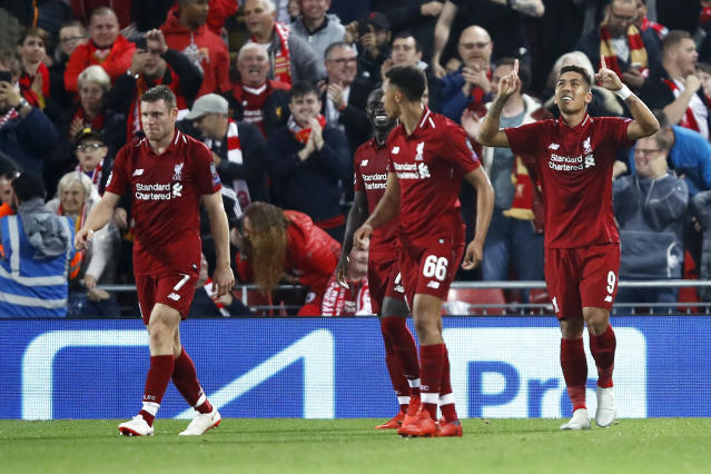 Firmino comemora o gol com os companheiros do Liverpool (Julian Finney/Getty Images)