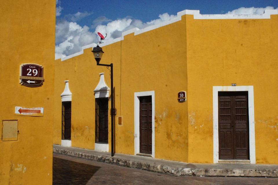 <p>No wonder this is known as the Yellow City - most of the buildings in Izamal are painted the bright and sunny colour. Head to the impressive Franciscan Monastery, or the nearby Mayan pyramids, located a short walk away. (Photo: Flickr / haaijk)</p>