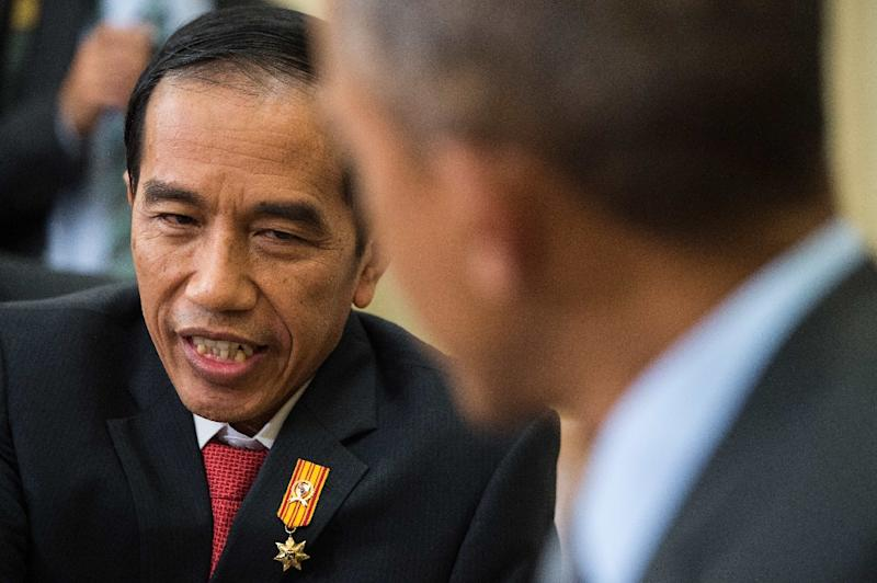 Indonesian President Joko Widodo speaks with his US counterpart Barack Obama during a meeting in the Oval Office at the White House in Washington, DC, on October 26, 2015 (AFP Photo/Nicholas Kamm)