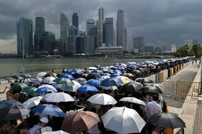 Mourners queue to pay their respects to Singapore's late former prime minister Lee Kuan Yew where he lies in state at Parliament House in Singapore on March 28, 2015