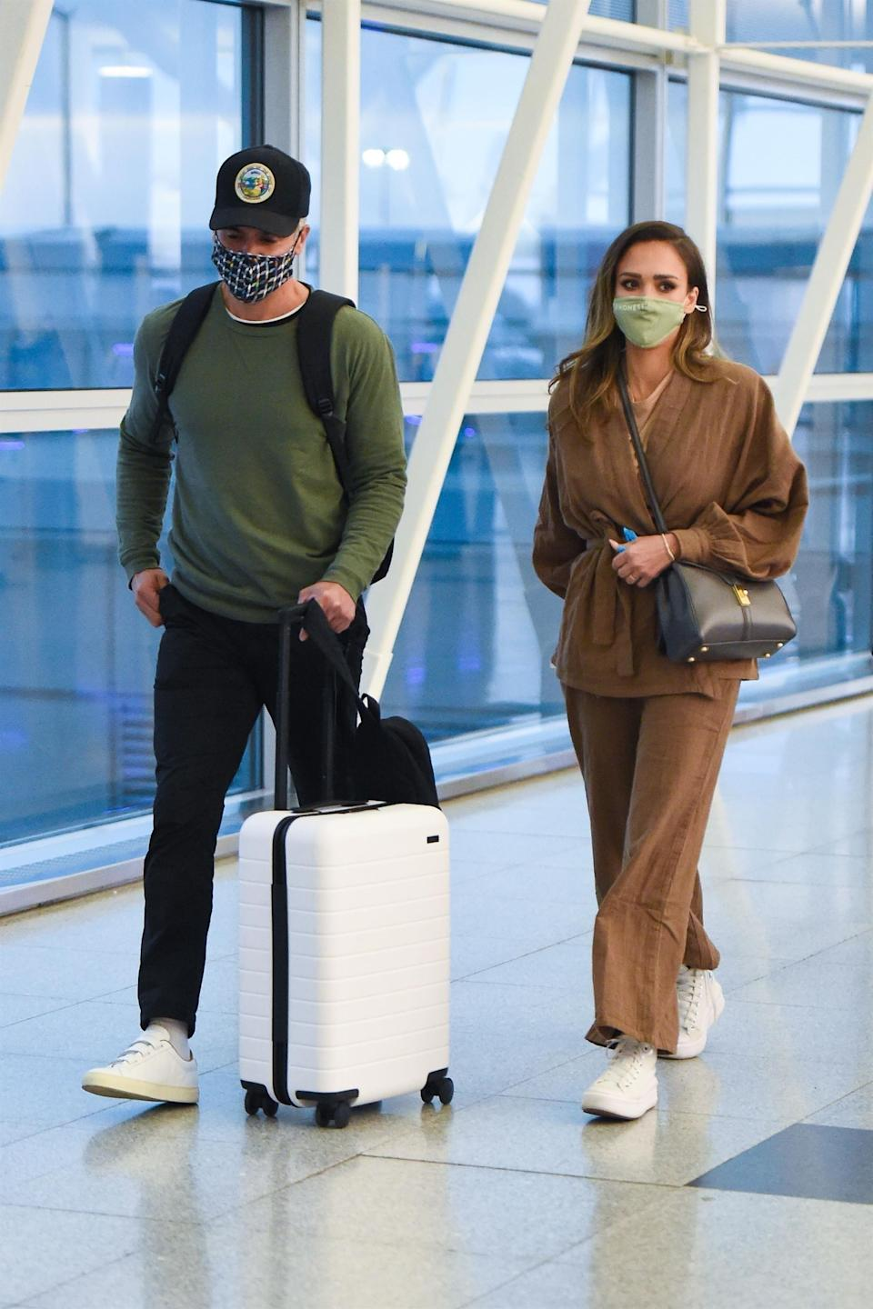 """<h1 class=""""title""""><em>EXCLUSIVE</em> Jessica Alba and her hubby Cash Warren arrive at JFK Airport in NYC</h1><cite class=""""credit"""">Photo: Backgrid</cite>"""