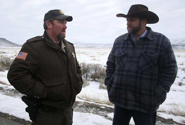 Ammon Bundy (right) meets with Harney County Sheriff David Ward along a road south of the Malheur National Wildlife Refuge near Burns, Oregon, January 7, 2016. (Photo: Jim Urquhart/Reuters)