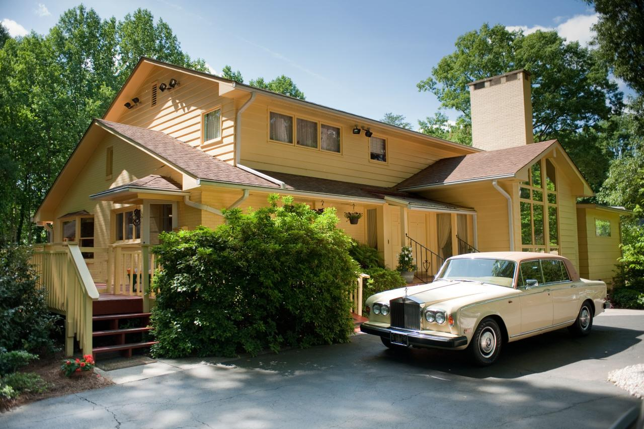 <p>The home, pictured at Angelou's 82nd birthday, matched her car.</p><p><i>(Steve Exum, Getty Images)</i><br /></p>