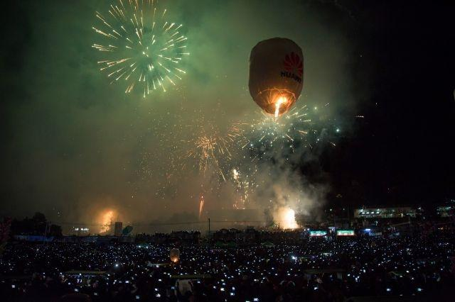 Flames and fireworks as Myanmar fire balloon fest opens