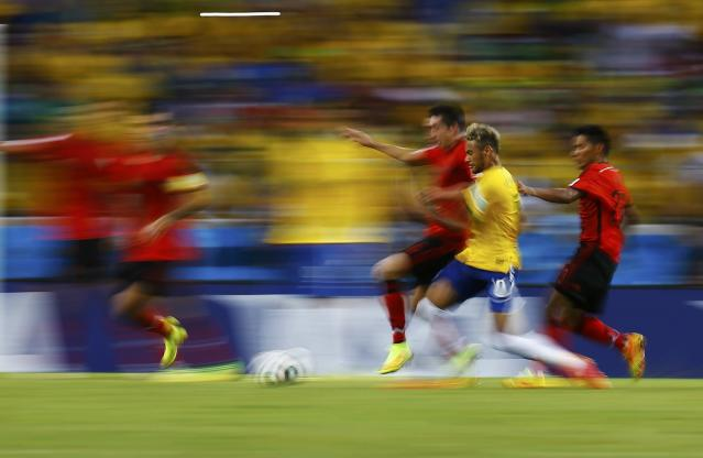 Brazil's Neymar controls the ball as Mexico's national soccer players defend during their 2014 World Cup Group A soccer match at the Castelao arena in Fortaleza June 17, 2014. REUTERS/Kai Pfaffenbach (BRAZIL - Tags: SOCCER SPORT WORLD CUP) TOPCUP