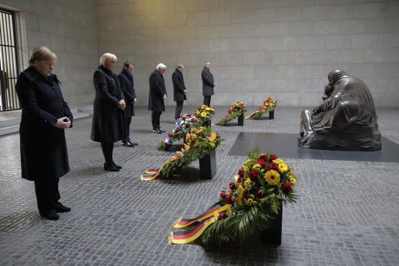 From right: German Chancellor Angela Merkel, Vice President of the German Parliament Bundestag Claudia Roth, France's President Emmanuel Macron, German President Frank-Walter Steinmeier, the President of Germany's upper house Bundesrat Daniel Guenther and the President of Germany's Federal Constitutional Court Andreas Vosskuhle attend a wreath laying ceremony at the Central Memorial for the Victims of War and Dictatorship in Berlin, Sunday, Nov. 18, 2018. (AP Photo/Markus Schreiber)