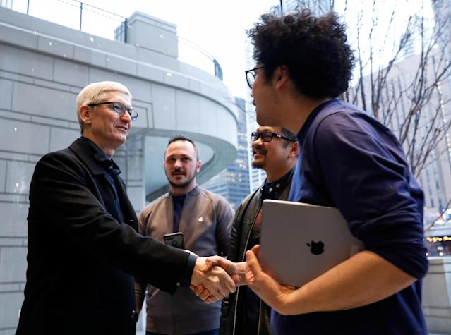 Tim Cook, Chief Executive Officer of Apple Inc., shakes hands with an employee as he visits the Apple Store in Chicago, Illinois, U.S., March 27, 2018. (REUTERS/John Gress)