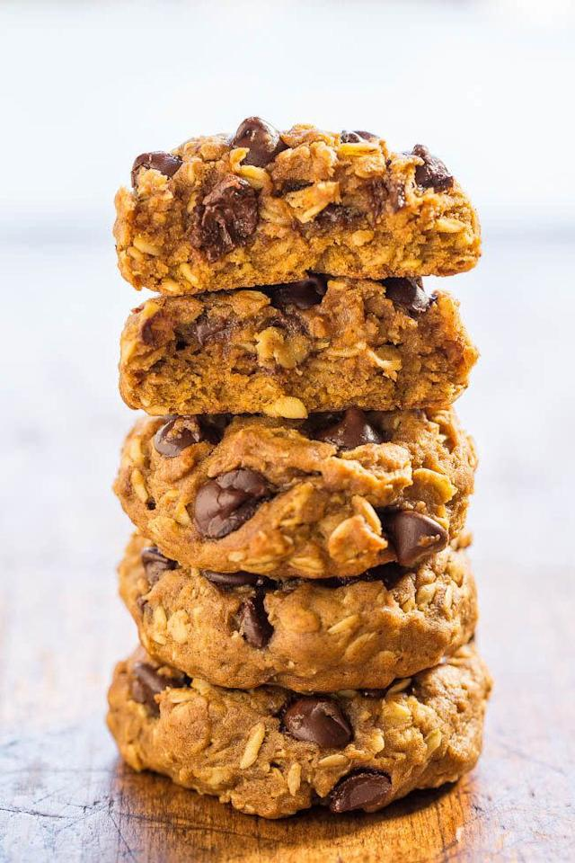 <strong>Get the <span>Soft and Chewy Pumpkin Oatmeal Chocolate Chip Cookies recipe</span>from Averie Cooks</strong>
